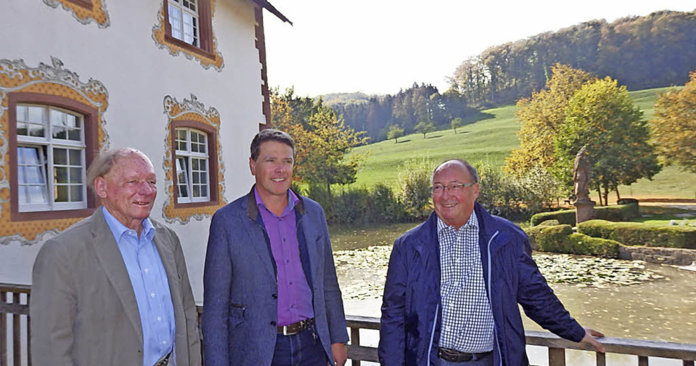 Gustav-Adolf Schröder (von links), Bür...d auf der Brücke vor dem Wasserschloss  | Foto: Johanna Högg