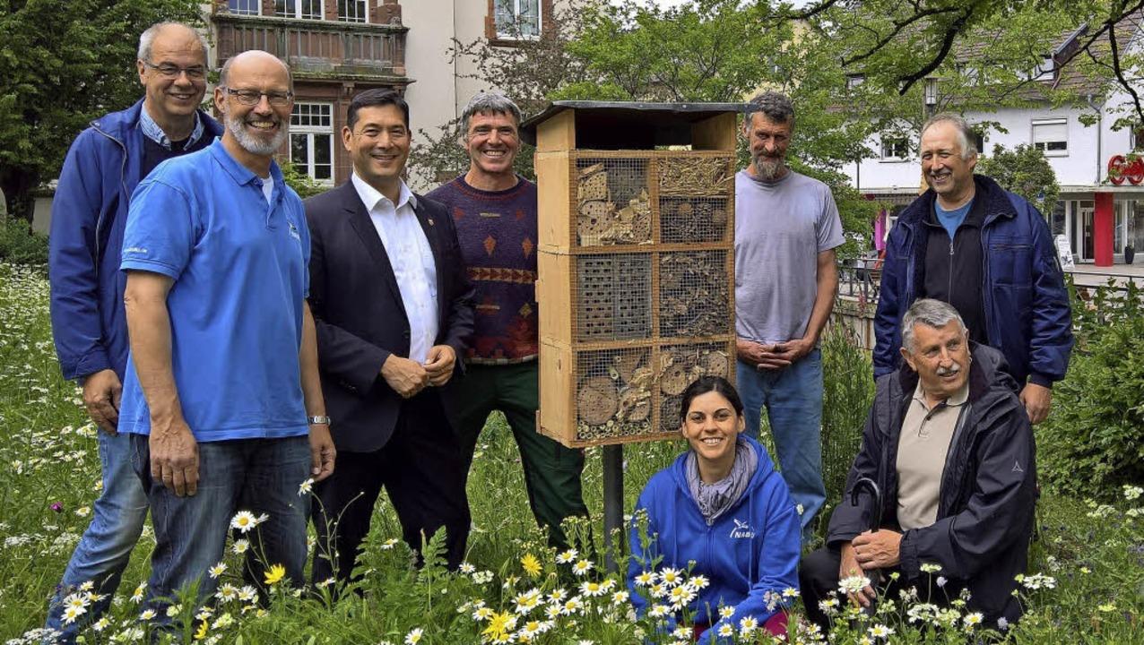 Vertreter des Naturschutzbunds und der...Denzlingen auf einer Wildblumenwiese    | Foto: Lena Sator