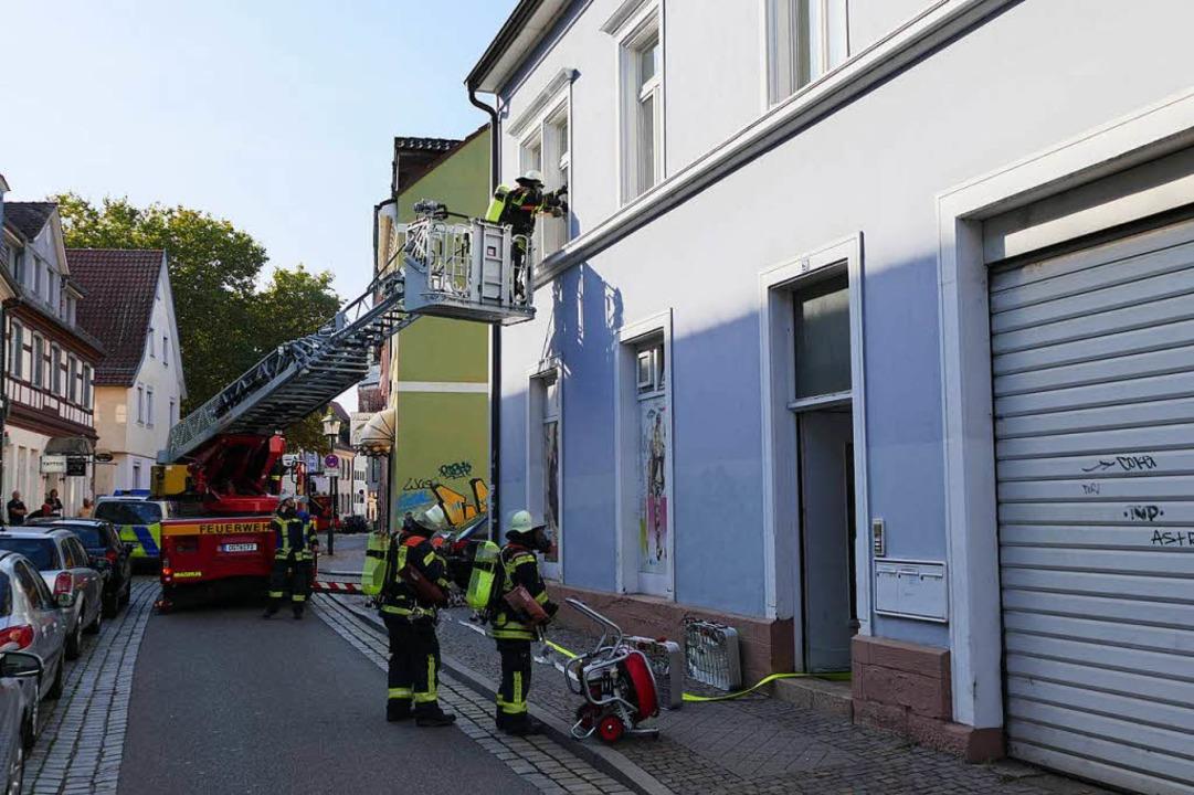 Unter Atemschutz drangen Feuerwehrleut... eingeschalteten Herd vergessen hatte.  | Foto: Helmut Seller