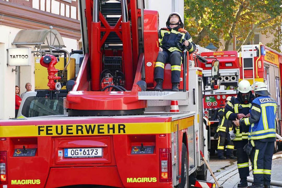 Per  Drehleiter wurde ein Fenster im e...schoss  angesteuert und eingeschlagen.  | Foto: Helmut Seller