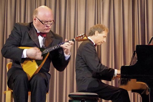 Gorbatschow und Freund mit Balalaika und Bechstein-Konzertflügel am 21. Oktober im Reha-Zentrum in der Klinik Wehrawald in Todtmoos.
