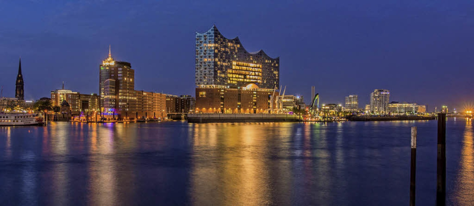 Nachtaufnahme: Die Elbphilharmonie prä...ilhouette der Hafencity in Hamburg.     | Foto: violess (photocase.de)