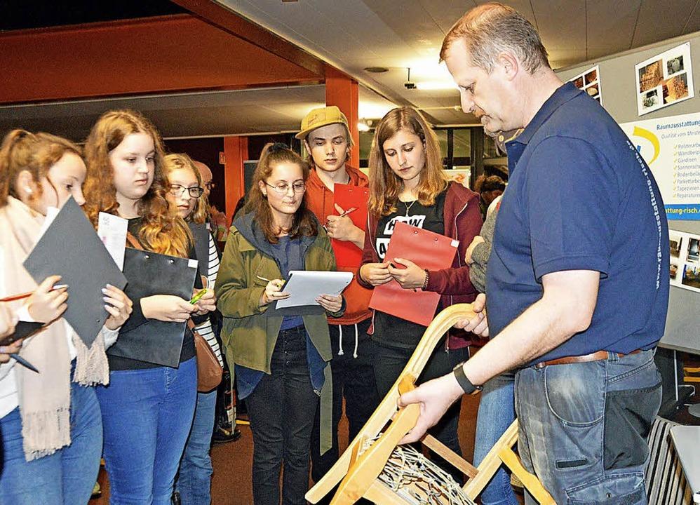 Raumausstatter Volker Risch aus Burg a...ülerinnen und Schülern sein Handwerk.   | Foto: Gerhard Lück