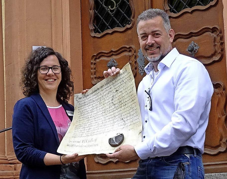 Christine Reinhold und Hans-Jürgen van...le der Kaiser-Urkunde des Jahres 994.   | Foto: Stadt Waldkirch