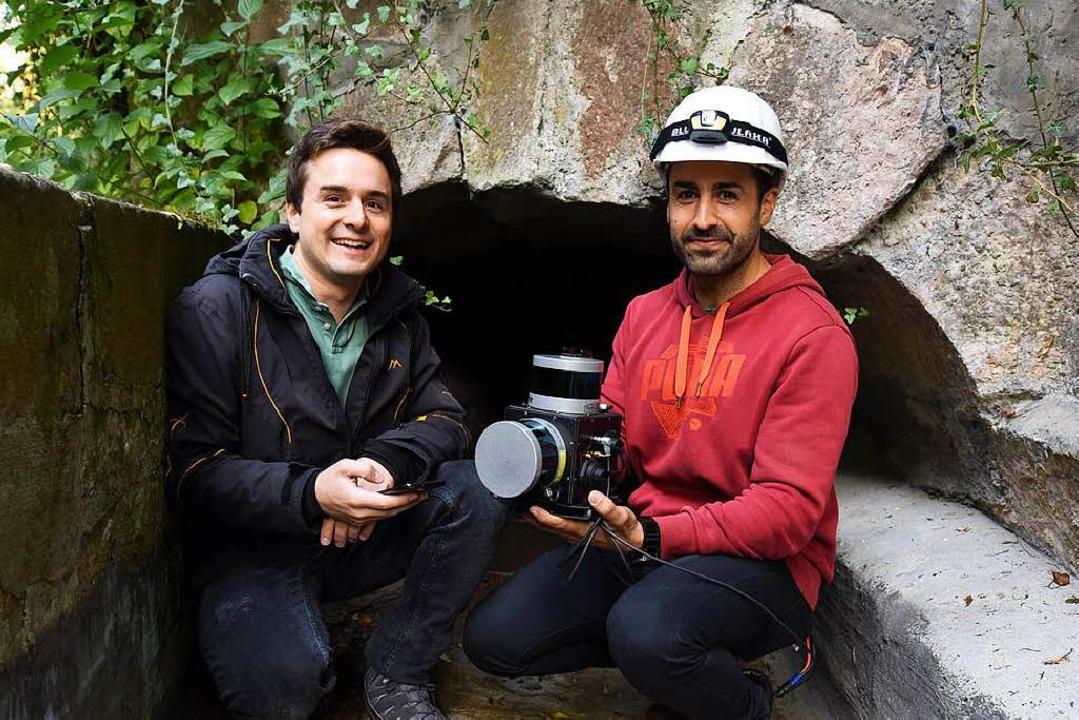 Vermessen den Stollen im Entengang: Andreas Wachaja und Guillermo Vera Utrilla  | Foto: Rita Eggstein