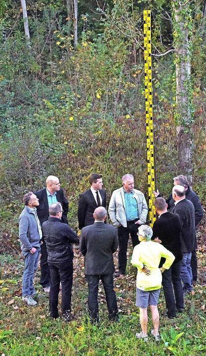 Besuch im künftigen Polder Wyhl/Weiswe...e Einstauhöhe von vier Metern gezeigt.  | Foto: Ilona Hüge