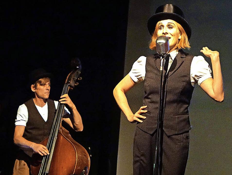 Mit Chansons und Illustrationen unterh...en vom Trio Größenwahn die Zuschauer.   | Foto: Roswitha Frey