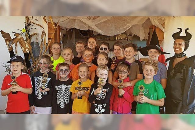 TC Waltershofen spielte beim Halloweenturnier mit Gruseloutfits