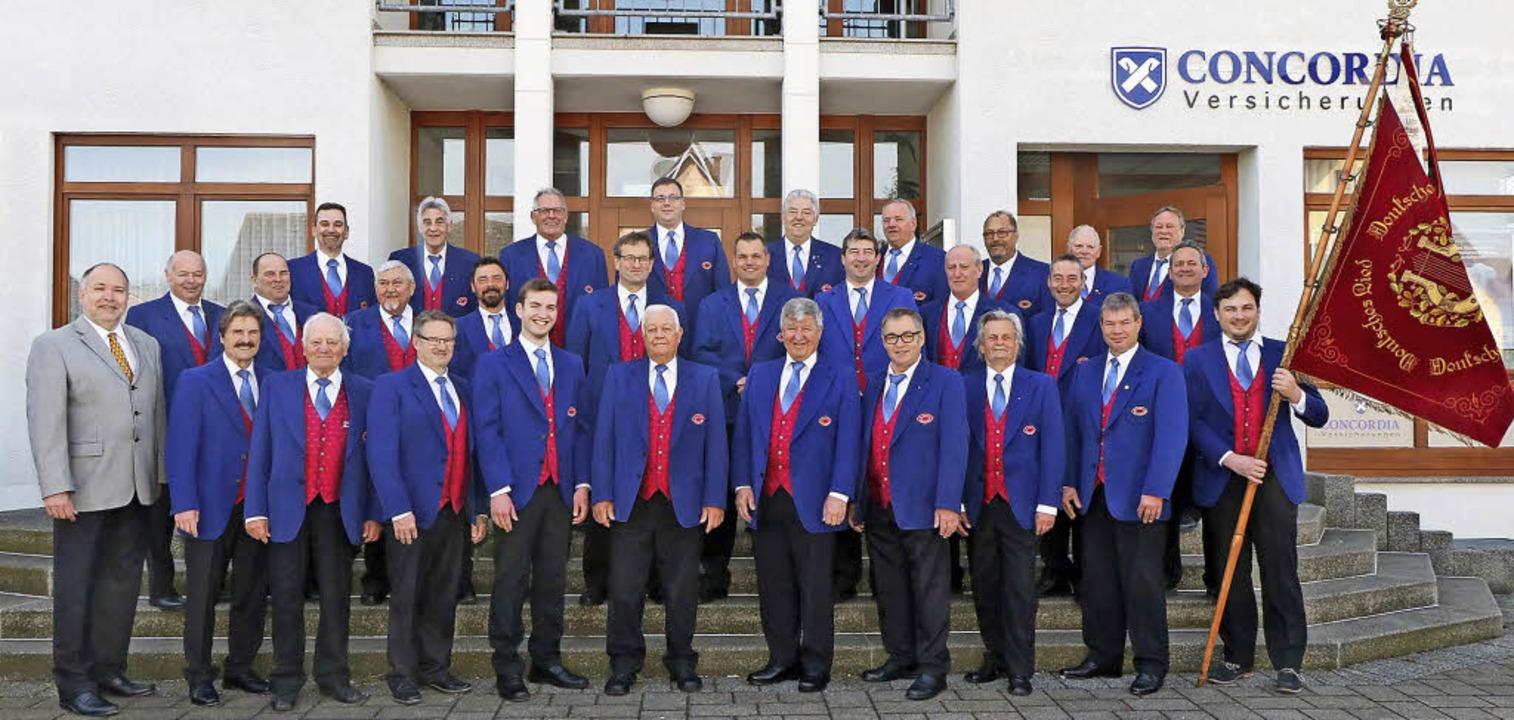 Gruppenbild mit Fahne: Der Liederkranz... Jubiläumsjahr vor der Ortsverwaltung     Foto: Fotos: Privat