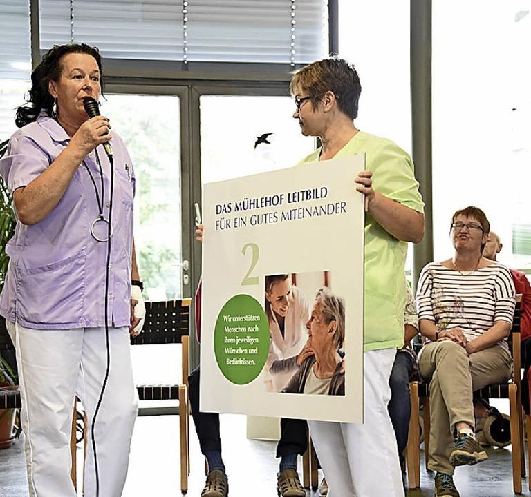 Mitarbeiterinnen erläuterten die  sech...im Mühlehof aufgehängt werden sollen.   | Foto: Robert Bergmann