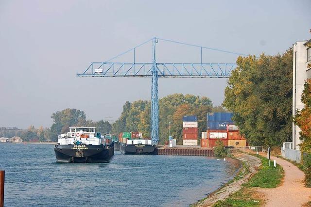 Niedrigwasser macht der Schifffahrt in Weil am Rhein zu schaffen