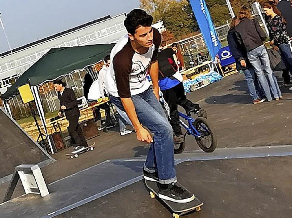 Nachdem das Band zur Eröffnung durchsc... Rampe und die Anlage frei für Skater.  | Foto: Bernd Peters