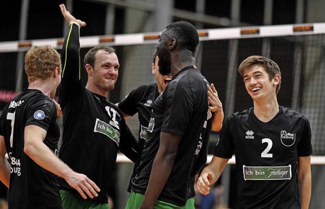 Groß war die Freude bei den Volleyball... dem 3:1-Sieg gegen Aufsteiger Gotha.     Foto:  Seeger