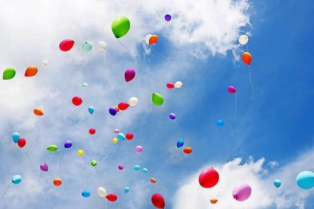Wie viele Helium-Luftballons kann man einem Kind in die Hand drücken, ohne dass es davonfliegt?