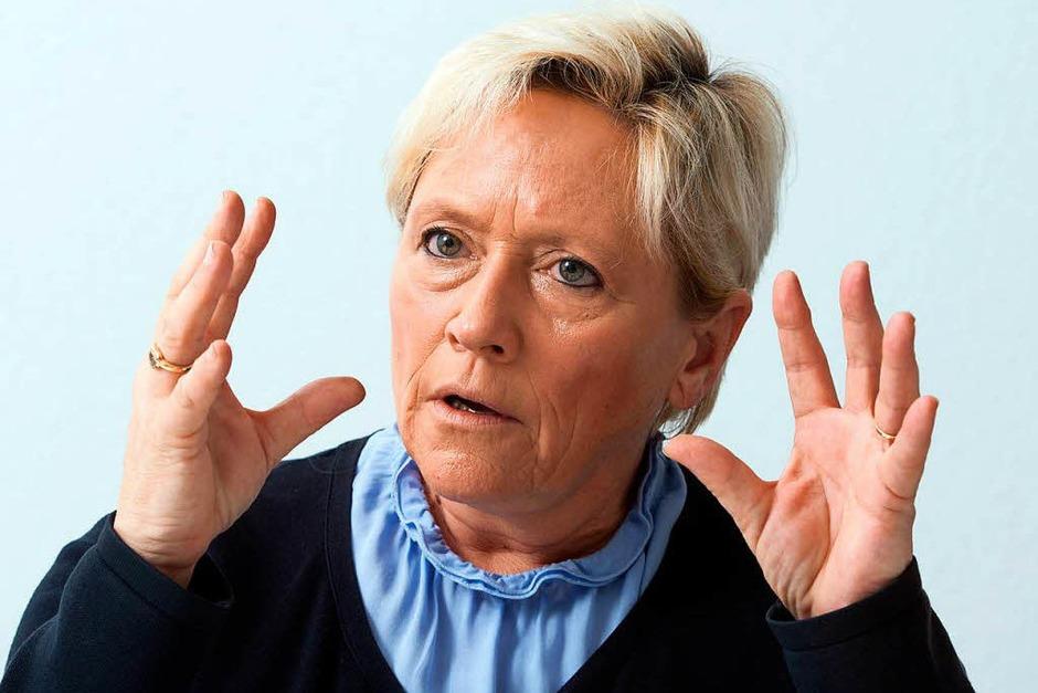 Susanne Eisenmann: Kultus, Jugend, Sport – Herzlich,  aber hart – so herrscht die Stuttgarterin über ihr Reich. Das Schulministerium, das größte von allen, gilt als schwer regierbar. Eisenmann schreckt das nicht. Nach Jahren großer Reformen dreht sie lieber an kleinen Schrauben – das jedoch mit Nachdruck und Beharrlichkeit. Sie setzt konservative Duftmarken, trifft aber meist pragmatische Entscheidungen. Ihr erklärtes Ziel  höhere Unterrichtsqualität droht sie trotzdem zu verfehlen. Denn der Lehrermangel raubt Schulen den Atem. <BZ-Keyword>Fazit:</BZ-Keyword> Eisenmann sieht sich auf einer Art Aufräum-Mission. Die verfolgt sie zielstrebig, wo nötig resolut, mitunter rabiat. <BZ-Autor_E>hab</BZ-Autor_E> (Foto: dpa)