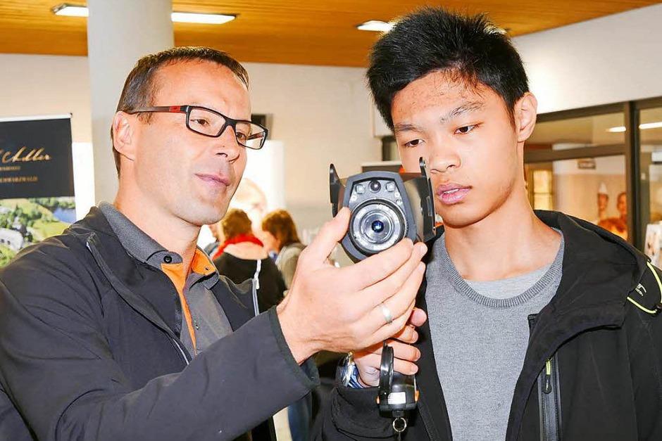 Wie stellt die Wärmebildkamera von Testo Temperaturen dar? Auf der Jobstartbörse konnte es jeder ausprobieren. (Foto: Eva Korinth)