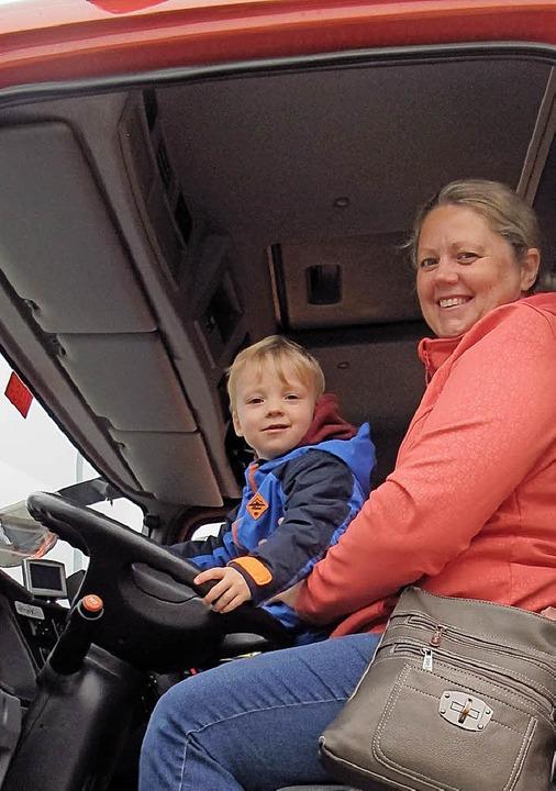 Einmal am Lenkrad eines Feuerwehrautos...bovizky aus Binzenund ihr Sohn Daniel.    Foto: Jutta Schütz