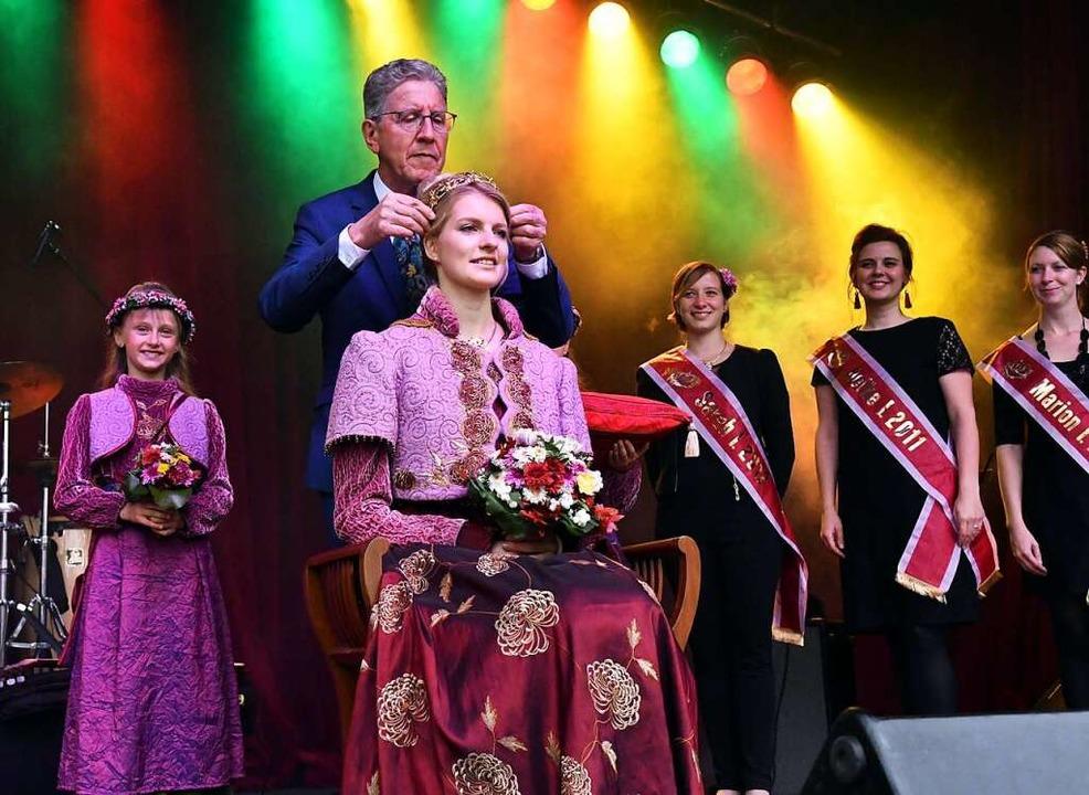 OB Müller krönte Sonja I. am Samstag zur neuen Chrysanthemenkönigin.  | Foto: Wolfgang Künstle