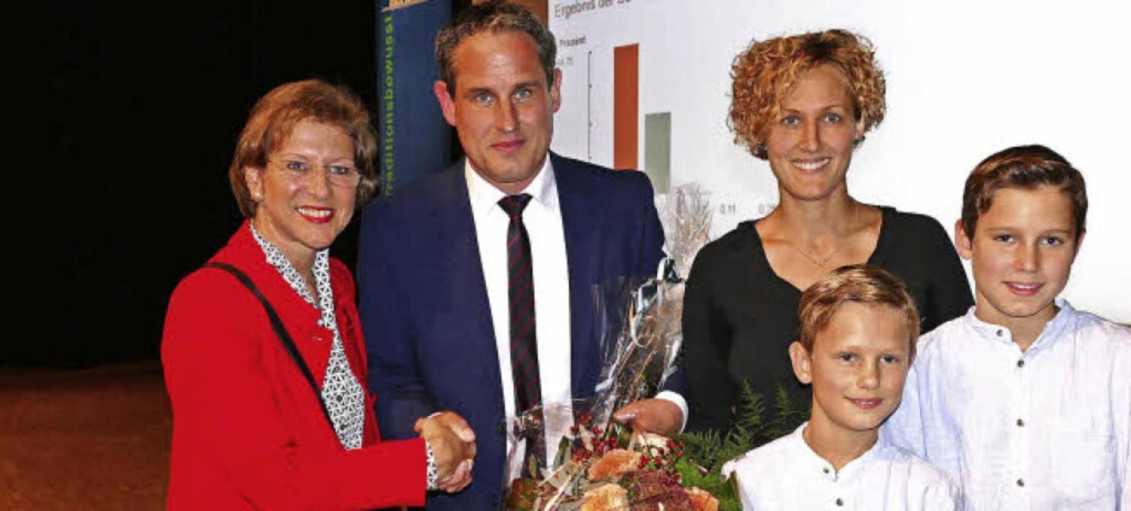 Glückwunsch: Landrätin Marion Dammann ...Sofie  und die Söhne Marvin und Finn.   | Foto: André Hönig