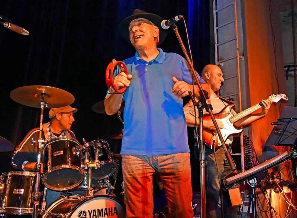 Die Neue Wunderbare Band   unterhielt ...n der Wodanhalle auch mit neuen Songs.  | Foto: Michael Bamberger