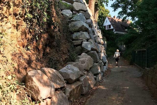 Stadt sperrt den Hebsackweg in Herdern – weil ein Hang mit Gesteinsbrocken gesichert wurde