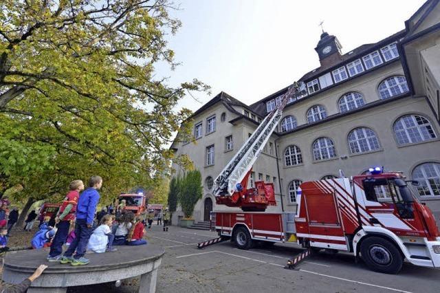 In der Emil-Gött-Schule haben die Freiwilligen Feuerwehren Freiburgs einen Einsatz geprobt