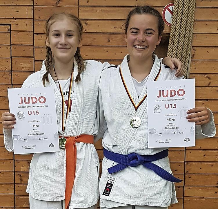 <BZ-FotoAnlauf>Judo: </BZ-FotoAnlauf>L...nks) und  Philine Kindle freuen sich.   | Foto:  Verein