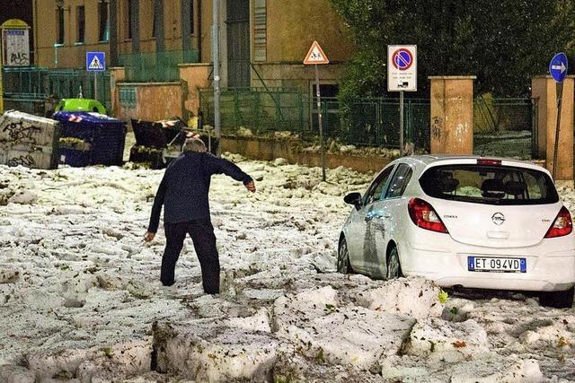 Hagel legt Verkehr in Rom lahm