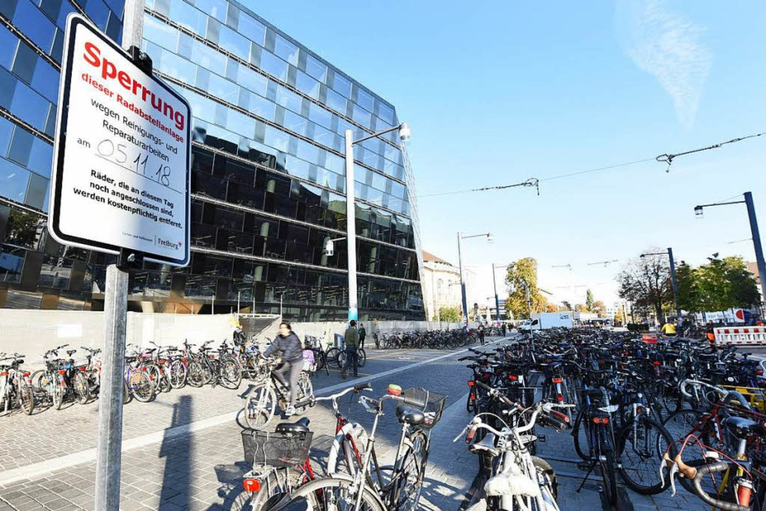Bis zum 5. November müssen die Räder a...vor der Uni-Bibliothek  endgültig weg.    Foto: Rita Eggstein