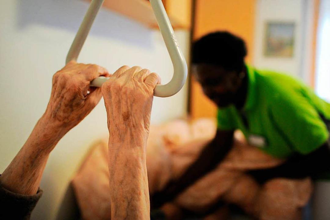 Eine Pflegehelferin hilft in Hamburg i...ung auf Unterstützung aus dem Ausland.  | Foto: Angelika Warmuth
