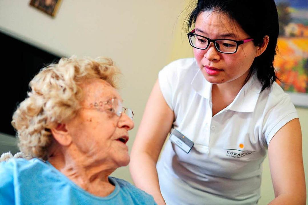 2017 kamen mehr als 133000 der Pflegekräfte in Deutschland aus dem Ausland.  | Foto: Daniel Reinhardt