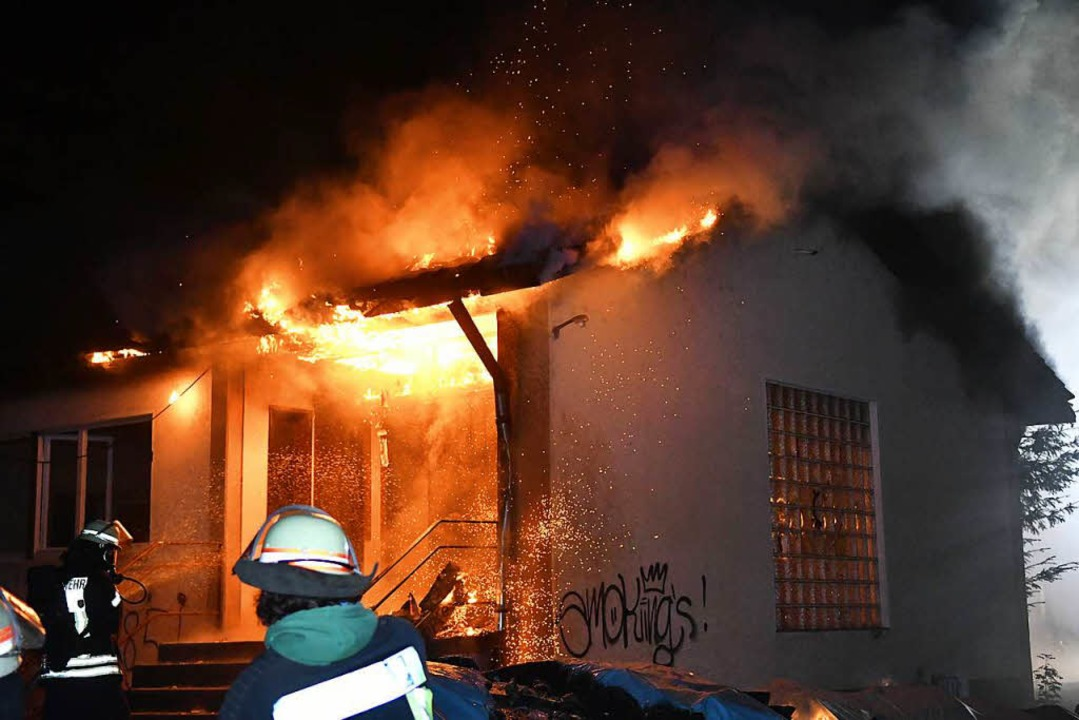 Die Feuerwehr musste am Montagabend die brennende Halle löschen.  | Foto: Wolfgang Künstle
