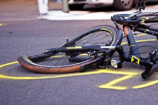 Radlerin im Kreisverkehr angefahren