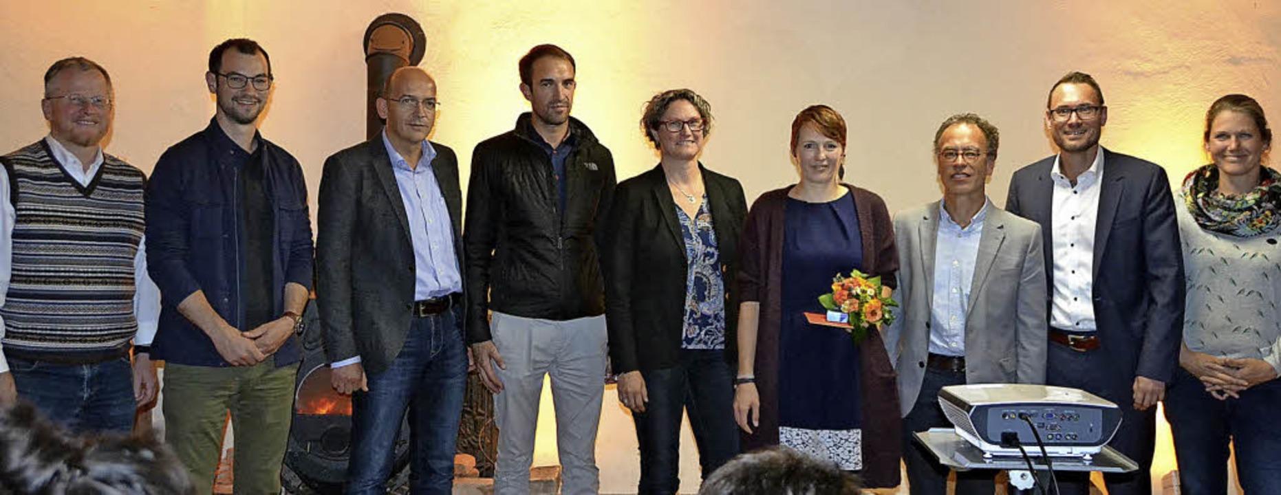 Christa Müller (mit Blumenstrauß) bei ...einführung zur neuen CVJM-Sekretärin.   | Foto: Lisa Geppert