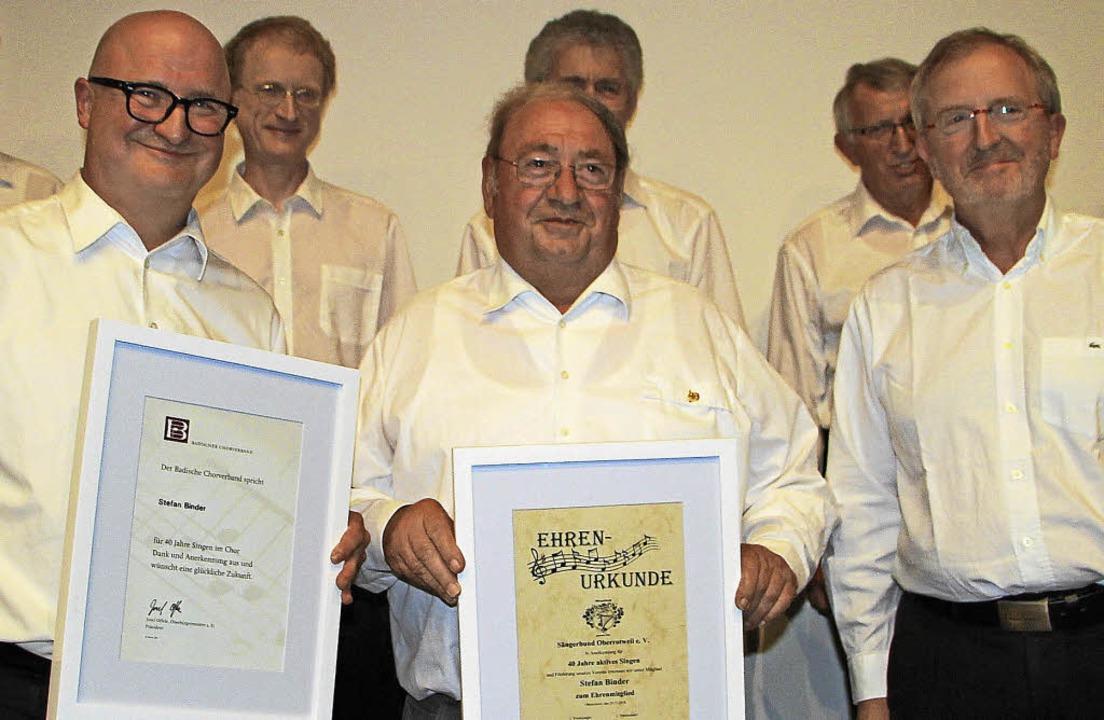 Seit 40 Jahren singt Stefan Binder (vo...Ehrennadel des Badischen Sängerbunds.   | Foto: Herbert trogus