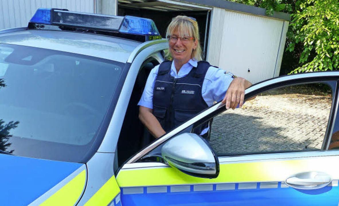 Polizeihauptmeisterin Susanne Walter steigt in ihren Streifenwagen.   | Foto: Claudia Bachmann-Goronzy