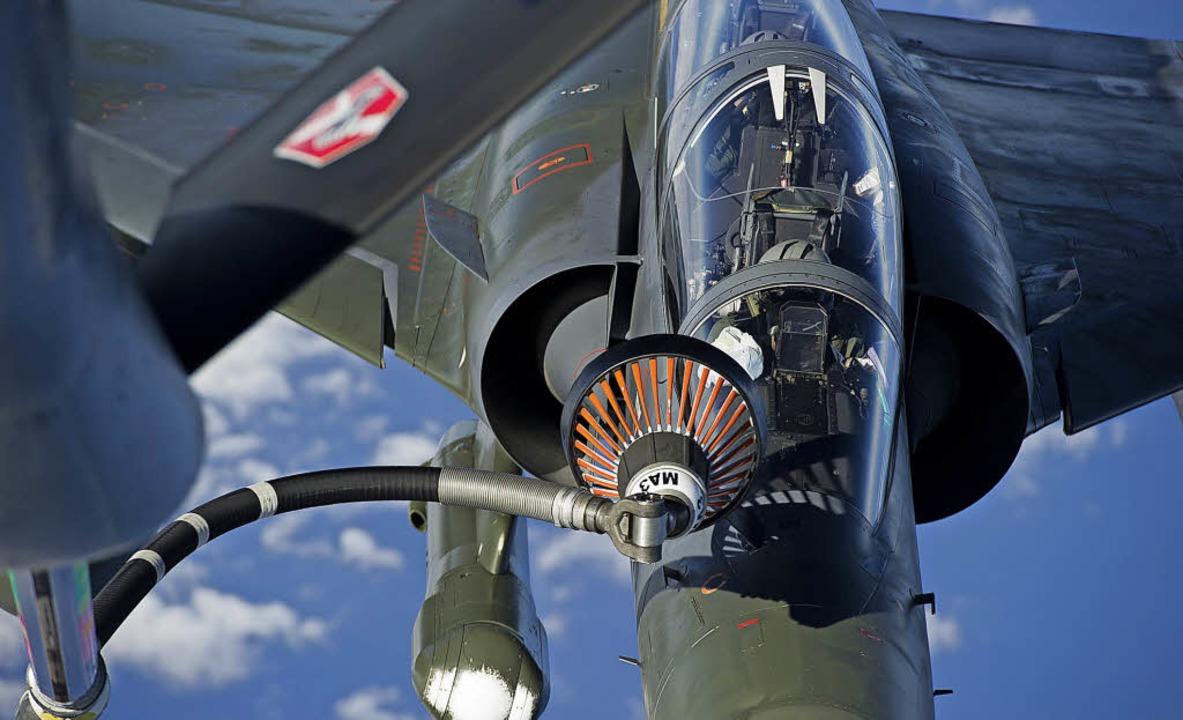 Ausrüstung für die Luftbetankung von K...eines französischen Mirage-Kampfjets.     Foto: DPA