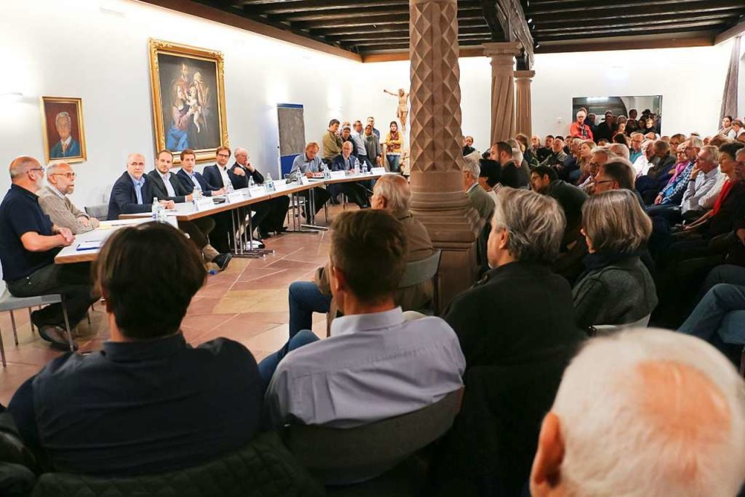 Zum Podiumsgespräch hatten am Montagab... kaum Platz für alle Interessierten.    | Foto: Martin Wendel