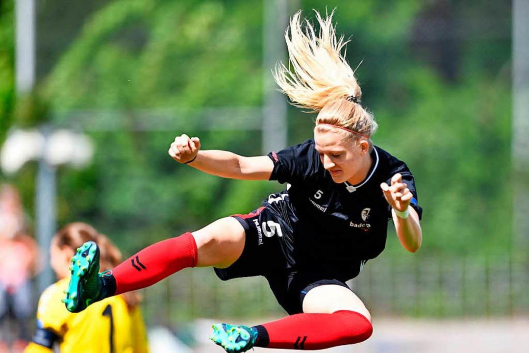 Die Freiburger Spielerin Kim Fellhauer... Ende Mai riss sie sich das Kreuzband.  | Foto: Felix Kästle
