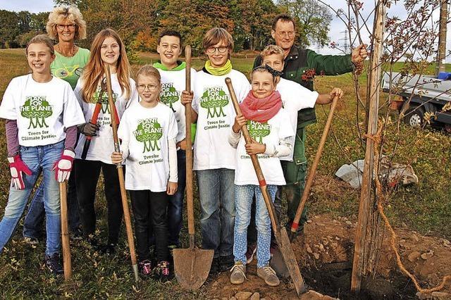 Kinder pflanzen Bäume