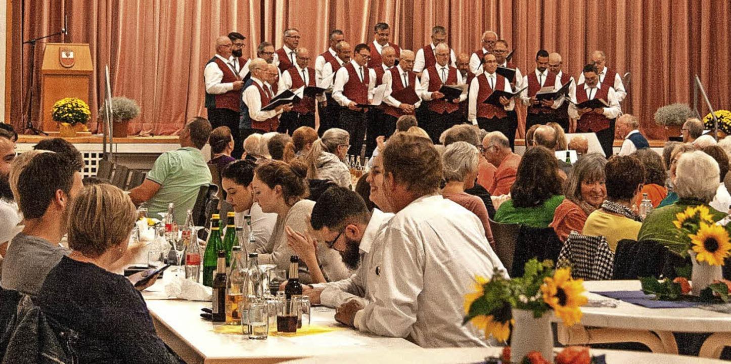 Auftritt des Männerchors Münstertal vor vollem Haus in der Castellberghalle  | Foto: Friederike Andrae