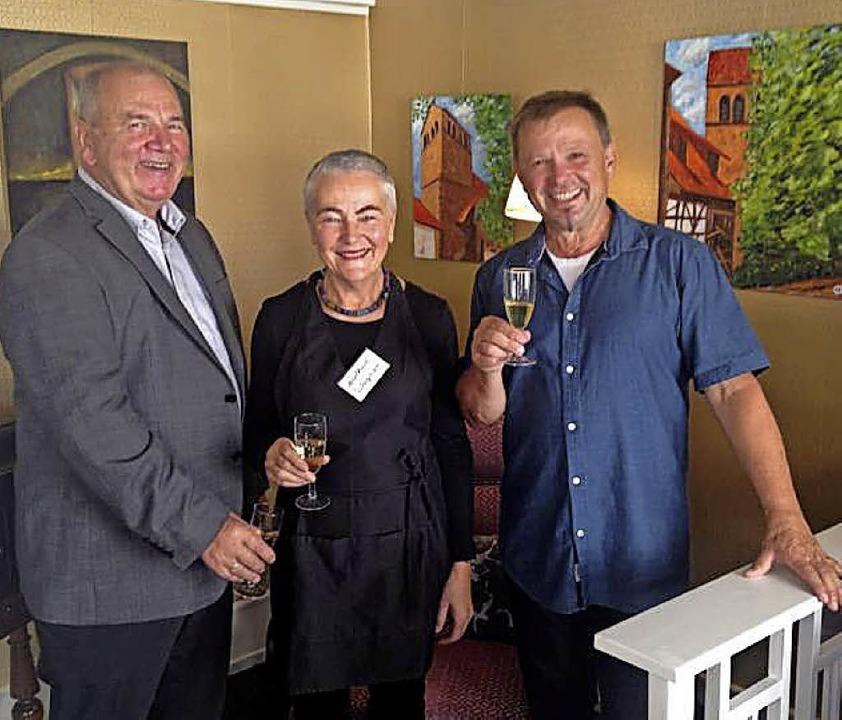 Roland und Adelheid Wagner mit dem Künstler Harry Herzog     Foto: privat