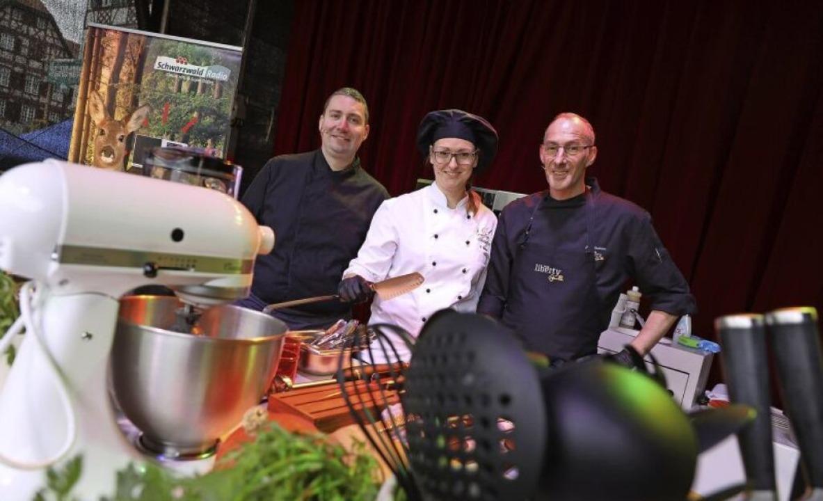 Daniel Adler vom Höhengasthaus Sternen...ty in Offenburg kochen auf der Bühne.     Foto: Christoph Breithaupt