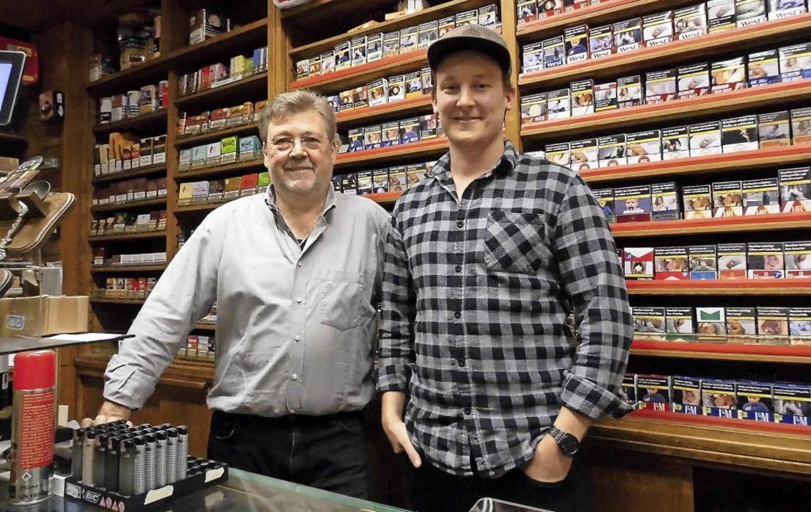 Vater und Sohn im Tabakladen: Rainer Sachs und Christian Sachs.     Foto: Dierk Knechtel