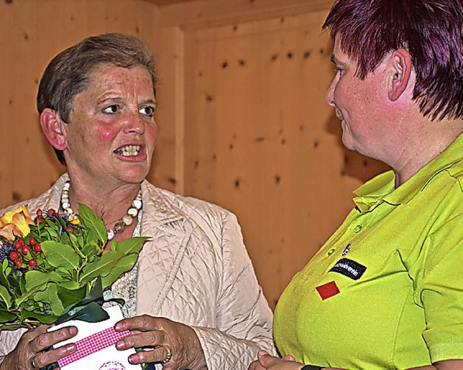 Marina Fuss (rechts) hat Rita Bölle als Bezirkswanderwartin verabschiedet.   | Foto: Thomas Biniossek