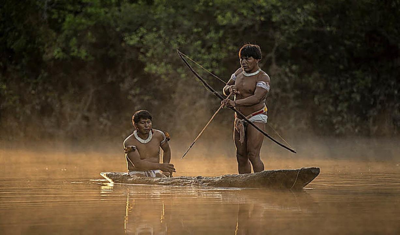 Das Mehinaku-Volk am Xingu-Fluss im br...r Boot ist ein ausgehöhlter Baumstamm.  | Foto: Markus Mauthe