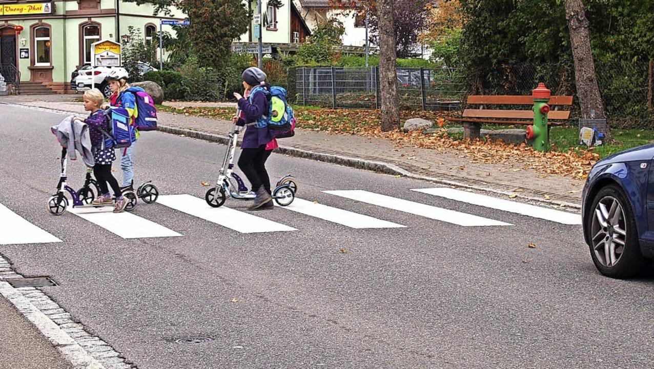 Kein direkter Zugang? Auch die Tempo-3... Schulschluss brav den Zebrastreifen.   | Foto: Gabriele Poppen