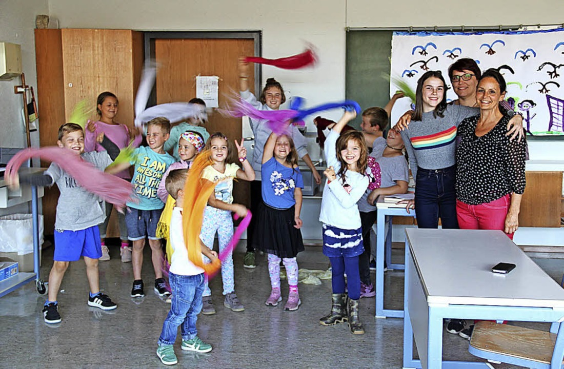 Die Kinder üben  im Theaterkurs der VH...obst (Dritte von rechts) unterstützt.     Foto: Ursula Ortlieb
