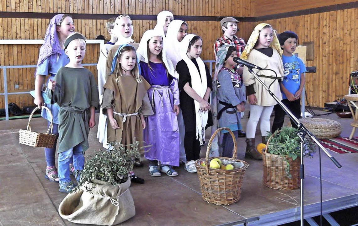 Die Marktfrauen und Kinder sangen als ...ier zum Patrozinium der Pfarrgemeinde.  | Foto: Marianne Rittner