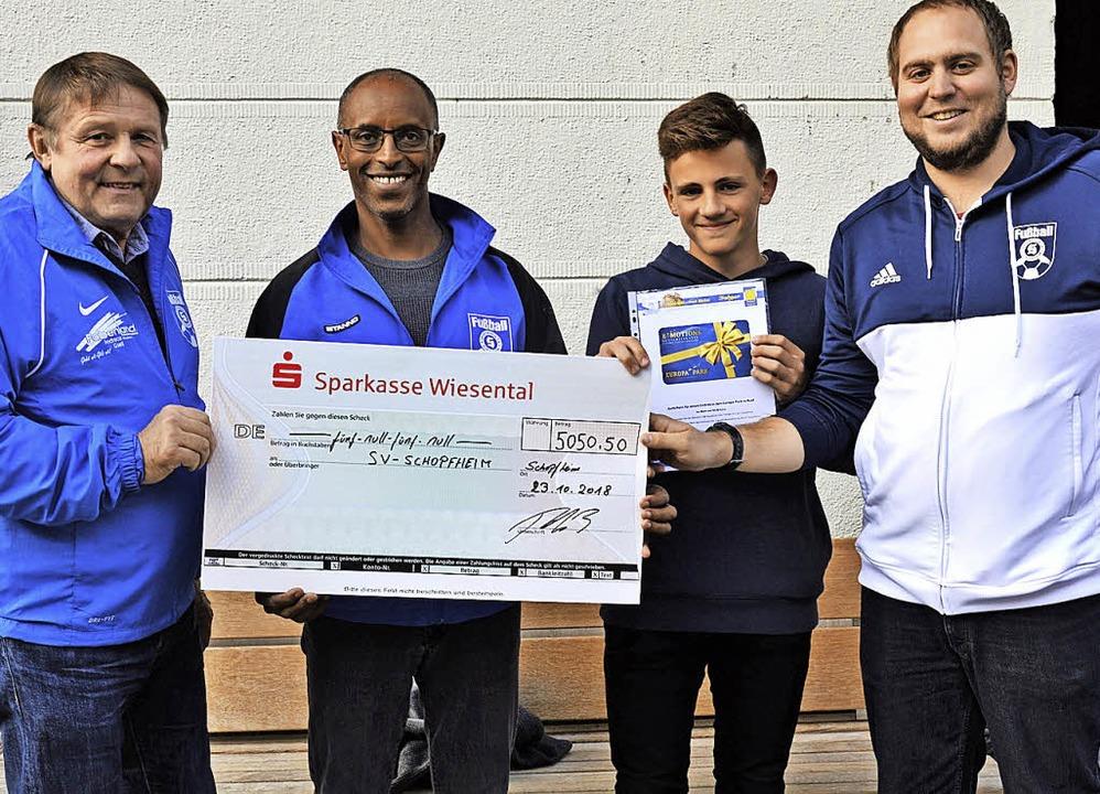 Der Sponsorenlauf der Jugendabteilung ...refzger freuen sich über das Ergebnis.    Foto: Georg Diehl